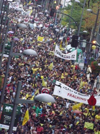 Una multitud rechaza el peligroso fracking para la extracción de gas en las calles de Vitoria