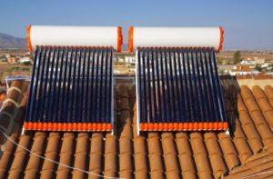 2 equipos de energía solar térmica modelo termosifón, tecnología tubo de vacío. Para producir agua caliente sanitaria en 2 viviendas.