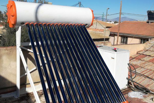 Equipo termosifón de tubos de vacío, energía solar térmica para producción de ACS en vivienda.