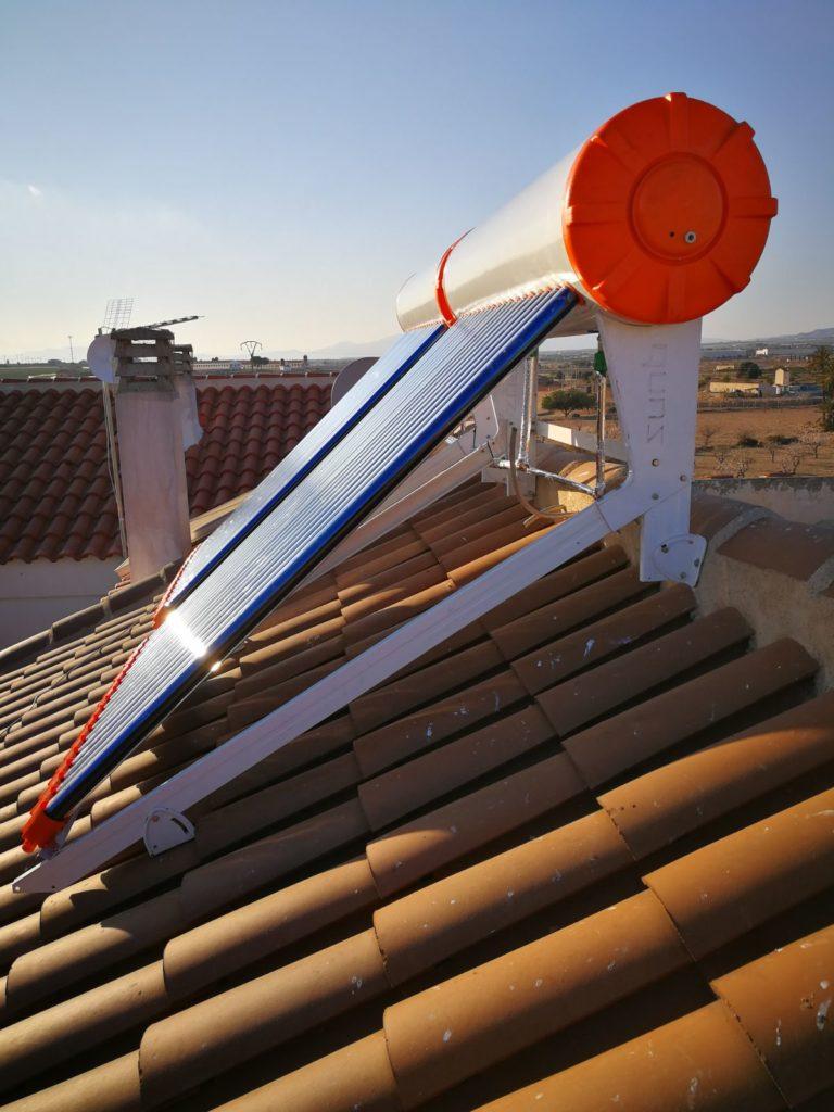 Vista lateral de 2 equipos solares termosifón con tecnología tubo de vacío.