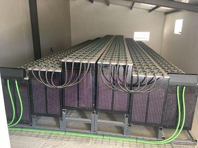 Conjunto de baterías de acumulación de energía en instalación de energía solar fotovoltaica.