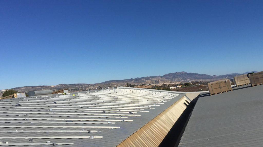 Cubierta con herrajes de estructura para instalación solar fotovoltaica de autoconsumo.