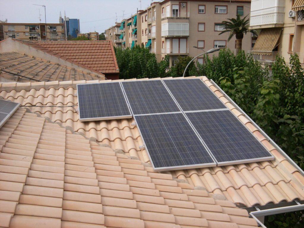 Detalle módulos fotovoltaicos sobre vivienda particular.