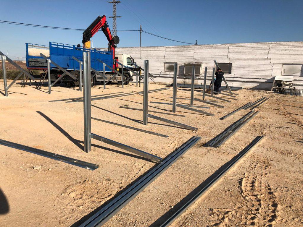 Hincado de herrajes instalación solar fotovoltaica.