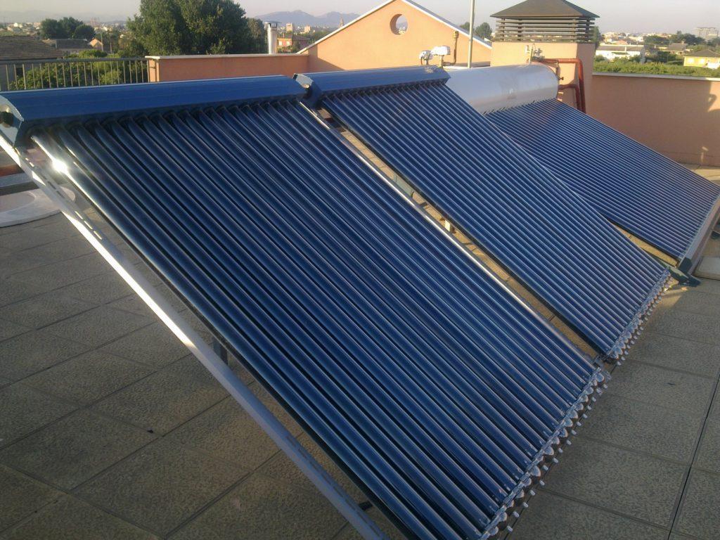 Instalación solar térmica placas solares tubo de vacío.