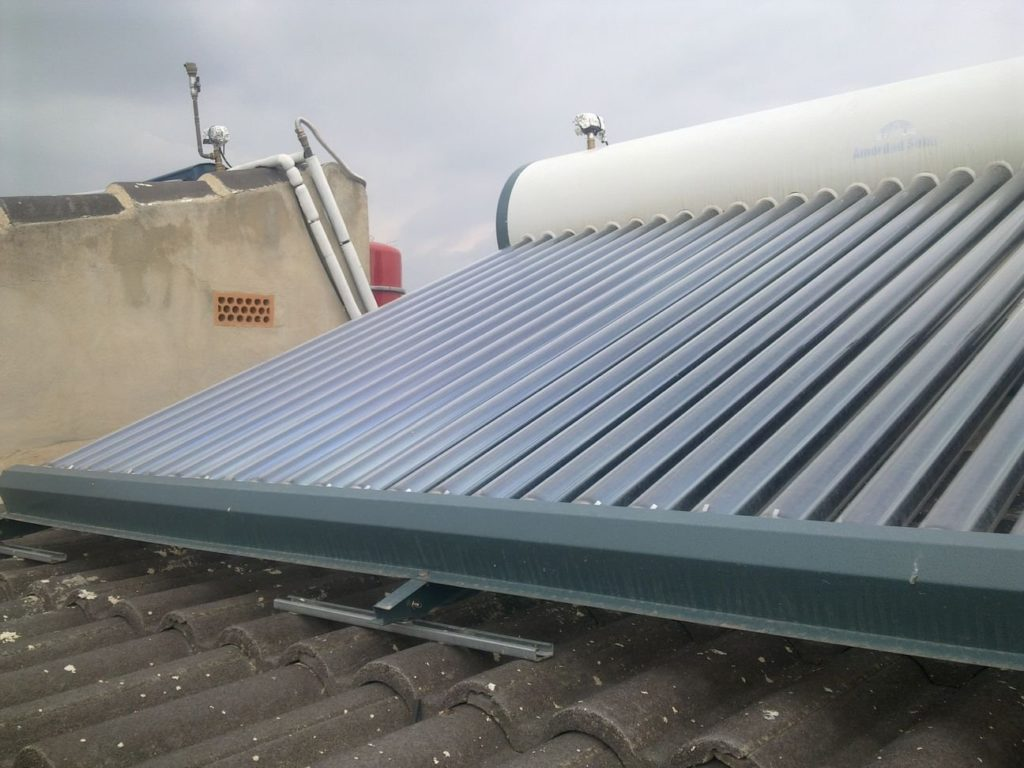 Equipo termosifón de 300 litros de energía solar térmica con 30 tubos de vacío para producción de ACS