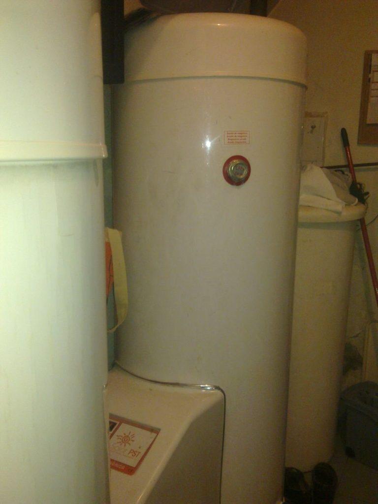 Depósito de acumulación de instalación de aerotermia y termodinámica en peluquería, ahorro de energía