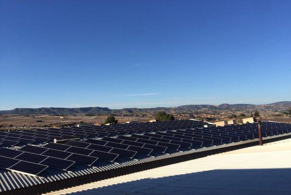 Instalación de energía solar fotovoltaica en autoconsumo sobre cubierta de nave.