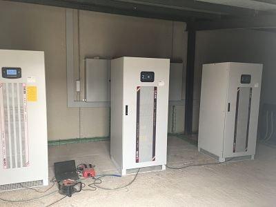 Conjunto de inversores solares fotovoltaicos en instalación solar de autoconsumo aislada de la red.