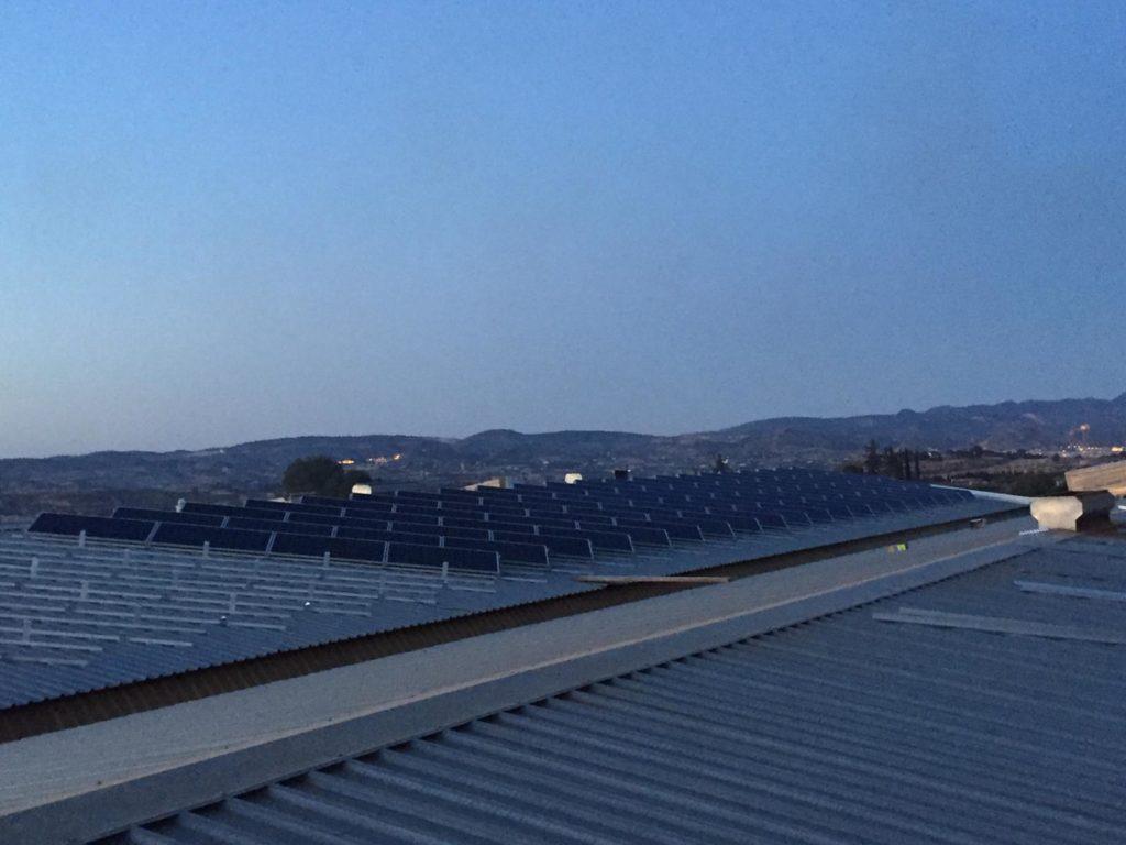 Detalle de montaje de módulos energía solar fotovoltaica sobre cubierta de almendras de Pliego.