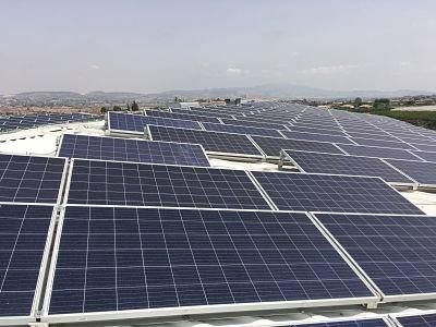 Módulos fotovoltaicos sobre cubierta en instalación solar fotovoltaica de autoconsumo aislada de la red eléctrica.