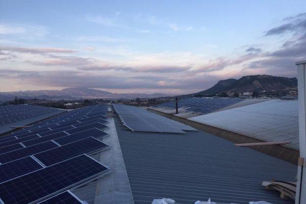 Proceso de montaje de instalación solar fotovoltaica sobre cubierta de nave industrial.