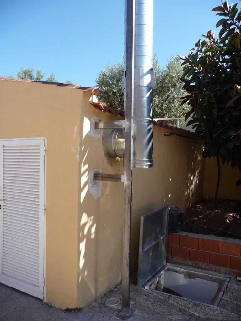 Chimenea de salida de humos de biomasa en Residencia los Almendros