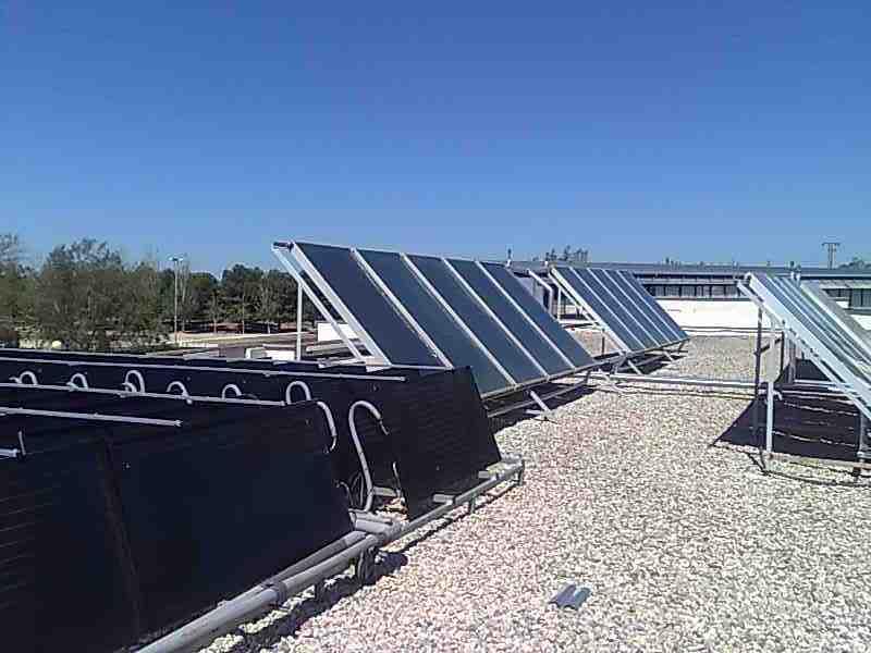 Paneles termodinámicos y placas solares en Piscina Climatizada Santa Ana, Cartagena.