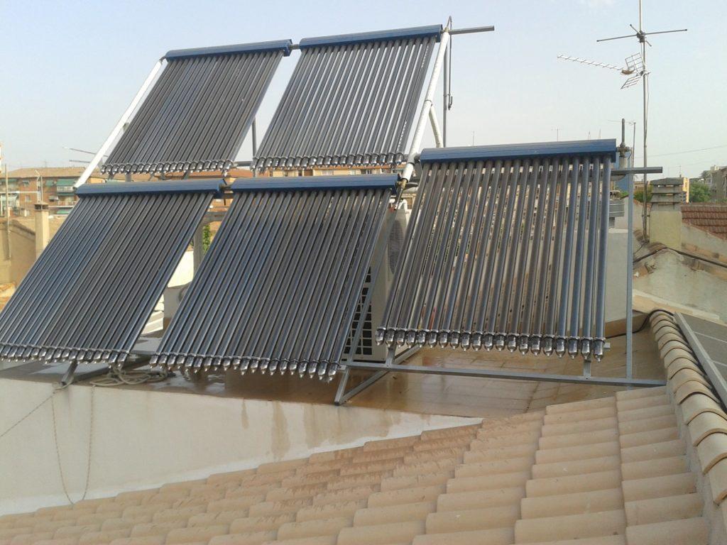 Instalación Energía Solar Térmica con tubos de vacío para producción de ACS y apoyo a calentamiento de piscina.