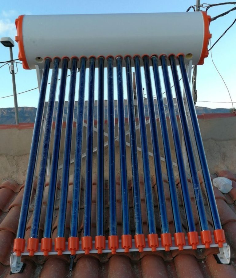 Instalación de placas solares en Murcia. Equipo termosifón de tubos de vacío heat pipe para producción de ACS.