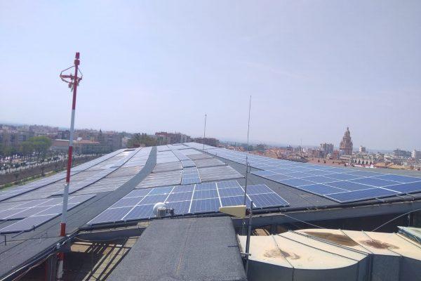 Módulos energía solar fotovoltaica en cubierta de hospital reina sofía de Murcia