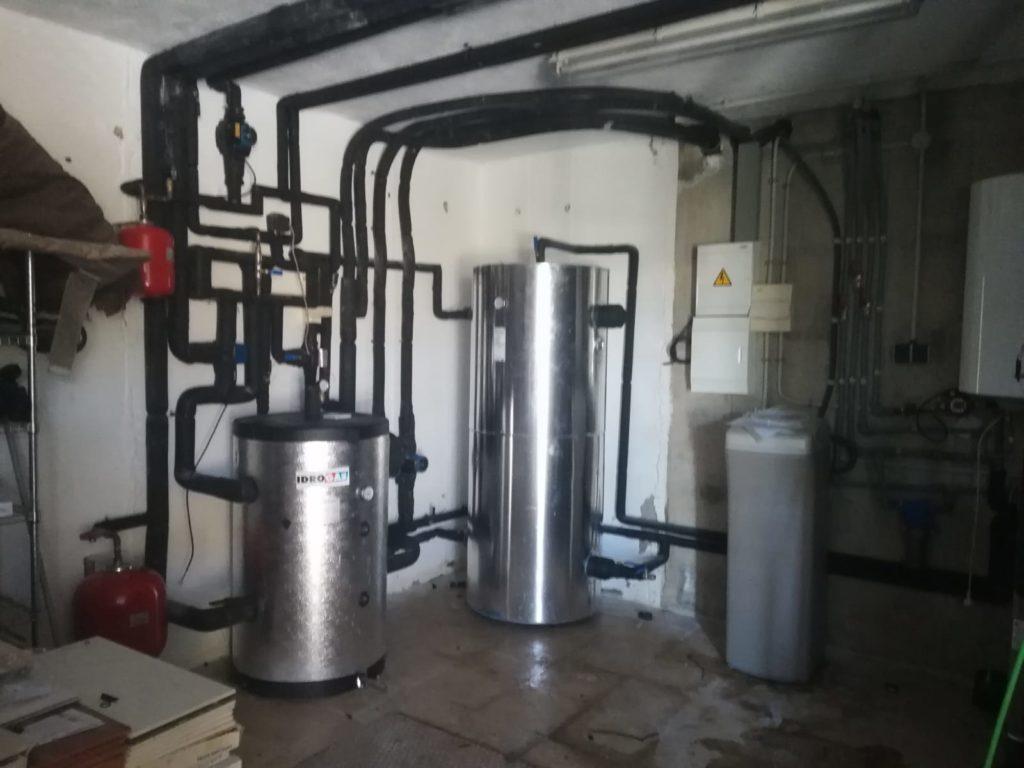 Sala de máquinas de vivienda en la que dan los servicios de climatización, calefacción y refrigeración con bomba de calor.