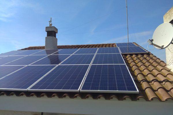 Módulos fotovoltaicos en instalación de autoconsumo en vivienda particular.