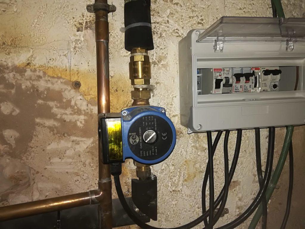 Cuadro eléctrico y circulador de agua.