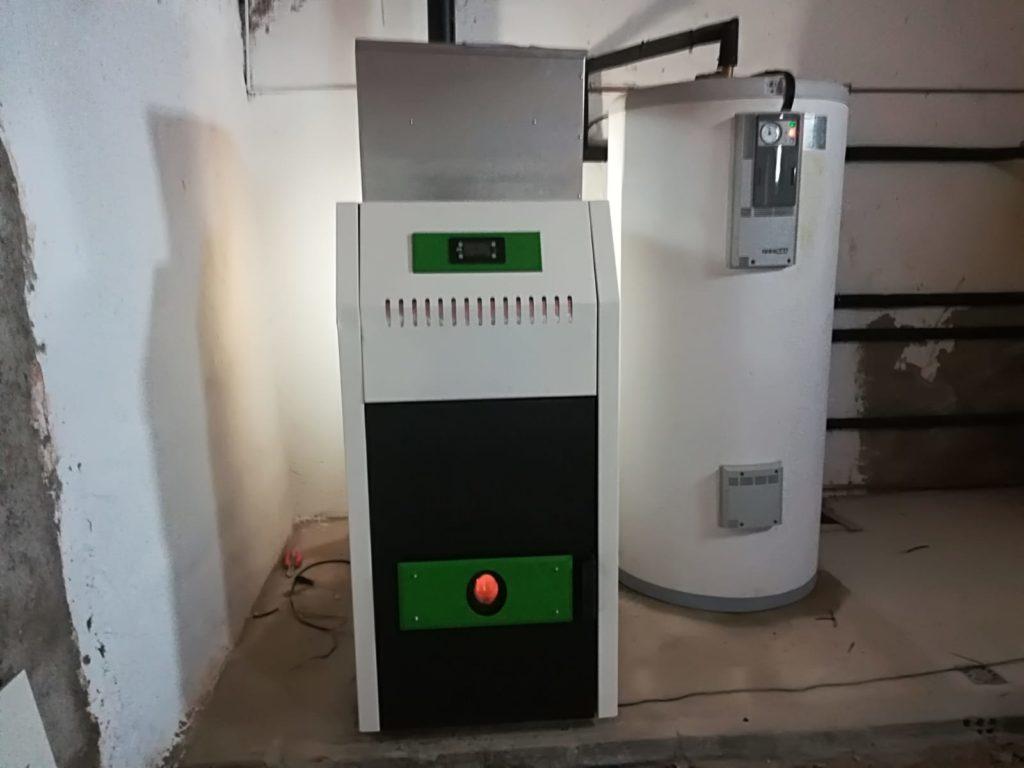 Caldera de biomasa 25 kW y depósito de inercia de 500 litros