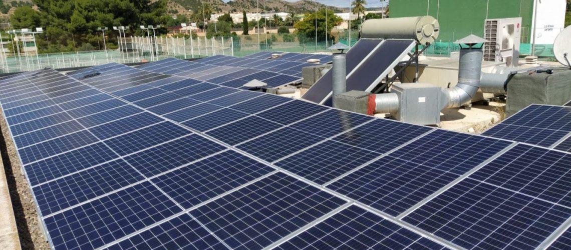 Instalación de autoconsumo de energía solar fotovoltaica de 40 kWp realizada por ESIrenovables en la Piscina Municipal de Santomera, Murcia.