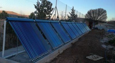 Conjunto de 12 placas de energía solar tubo de vacío para producción de agua caliente en Residencia de Ancianos, formado por 20 tubos cada captador.
