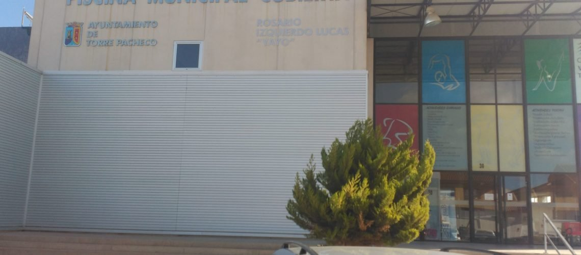 Fachada de la Piscina Municipal de Torre Pacheco. Climatizada mediante biomasa y energía solar térmica.